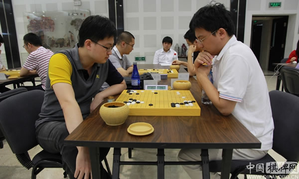 图文:第五届钻石杯龙星战32强战 王檄胜胡耀宇