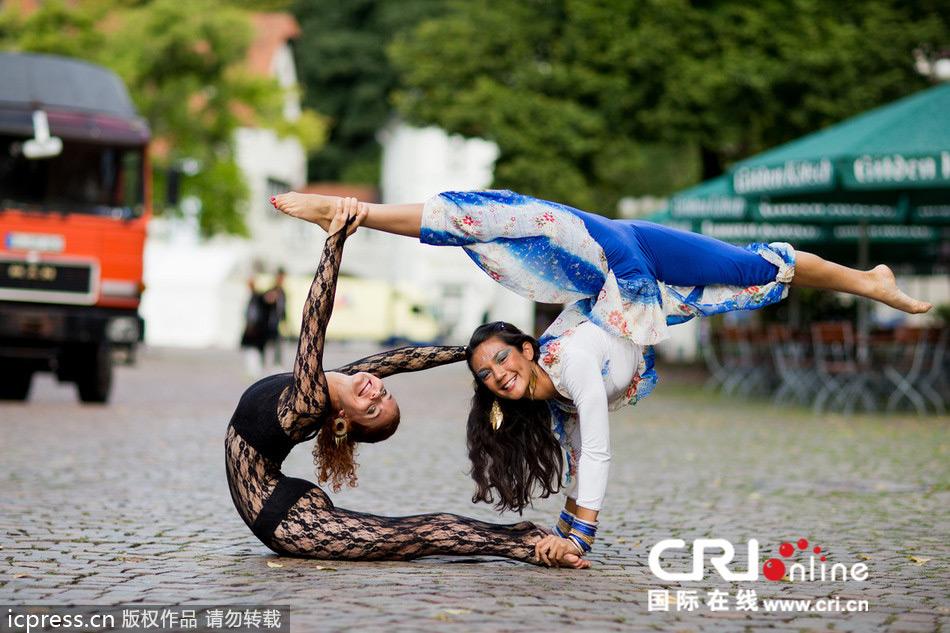 俄罗斯柔术美女绿色紧身衣表演挑战身体极限