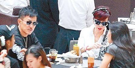 拉姑(右三)没什么胃口,只顾着说。