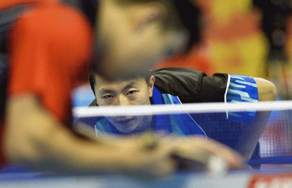 图文:全运乒乓球男单半决赛马龙紧盯王皓舞狮国外评价中国发球图片