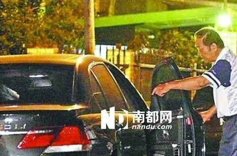 王力宏被社区保安责骂。