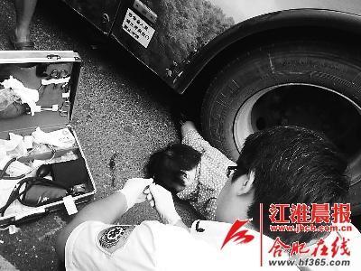 汽车 车轮下/老太右臂被轧公交车轮下,急救人员正在现场救援。
