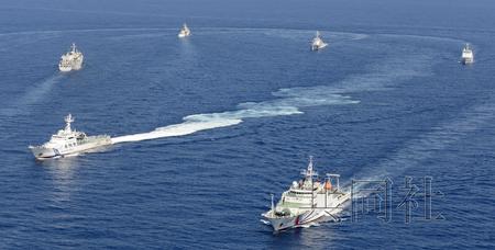 9月10日下午2点28分,多艘中国海警船和日本海上保安厅巡逻船在钓鱼岛南小岛东南方海域航行。(共同社)