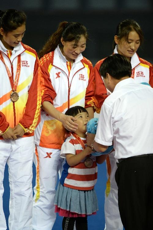 曲春玲照片_图文:江苏唐春玲带女儿领奖 小女孩接过吉祥物-搜狐体育