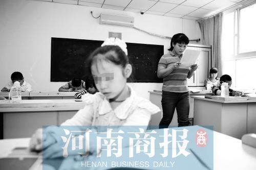 老师 光明/孩子们在听写课上熟读了课文,还要再用盲文抄写下来