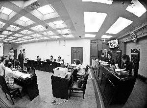 被告人张曙光在庭审中。新华社发
