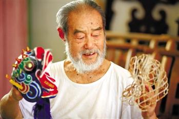 已经80岁的聂方俊和他自己的作品