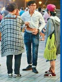 谢霆锋掀衣露腹肌及内裤。