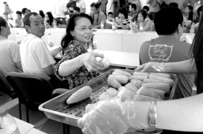 网友试吃的这种转基因玉米尚未获批上市。京华时报记者商西摄