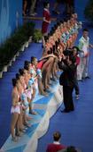 图文:艺术体操女子团体决赛 嘉宾为辽宁队颁奖