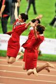 图文:全运会田径完赛 颁奖礼仪小姐手舞足蹈