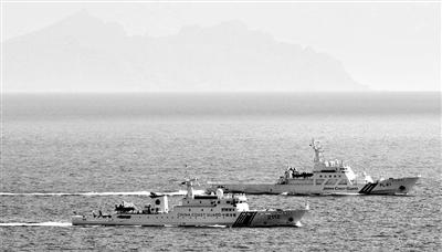 11日,一艘日本巡逻船逼近中国海警船(左)行驶。