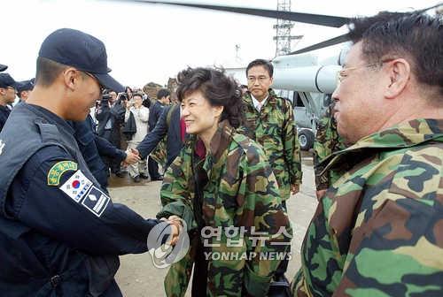2005年10月,朴槿惠和韩国国防委员会委员访问独岛。