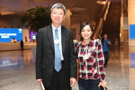 IMF副总裁朱民(左)与搜狐财经编辑合影