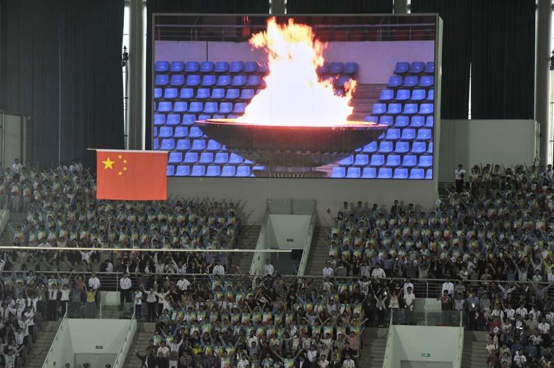 国家体育总局局长刘鹏(右)将中华人民共和国运动会会旗交给天津市市长黄兴国。第十三届全运会将于2017年在天津举行。新华社记者李钢摄