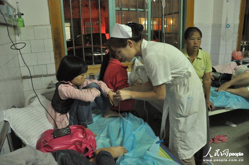 高清:湖南新化小学生疑似集体食物中毒已送医小学生作业评价图片