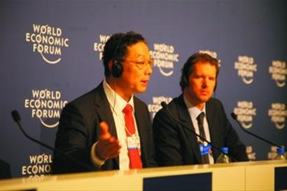 李铁(左)在夏季达沃斯论坛新闻发布会上。