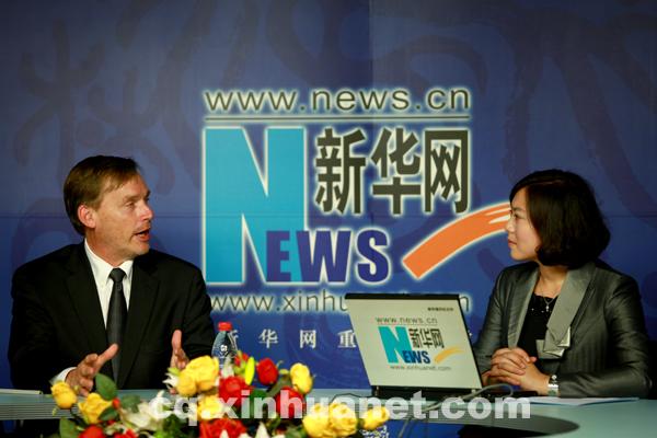 彭博/美国凯特琳大学校长做客。新华网重庆频道彭博