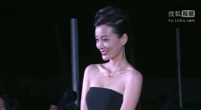 《小爸爸》庆功会 徐翠翠性感晚礼服现身红毯