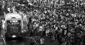 昨晚,上海陆家嘴,地铁2号线因暴雨停运后,大量市民在地铁站外等公交车。本版图片 早报记者 鲁海涛 王辰 徐晓林