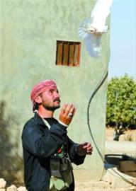 一名叙利亚反政府武装人员放飞鸽子 新华社发