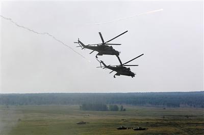 """原文配图:8月15日,""""和平使命�D2013""""中俄联合军事演习在俄罗斯切巴尔库尔训练场举行实兵演习。"""