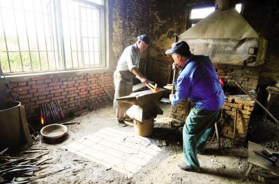 韩家的铁匠炉有着一百多年的历史.