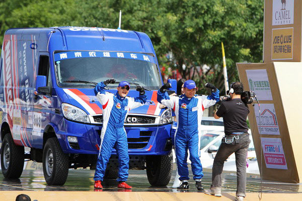 图文:中国越野拉力赛发车 沙桐与领航耍宝图片