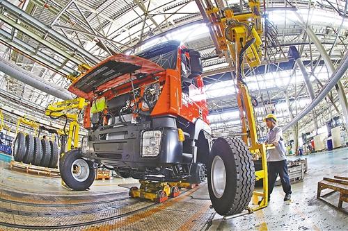 北部新区上汽依维柯红岩生产线,工人正在紧张生产.图片