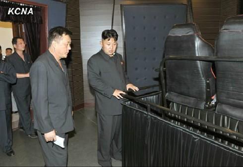 金正恩视察了绫罗立体律动影院,在第五号放映厅亲自观赏三维立体电影《优胜者》、《不要等我们》。