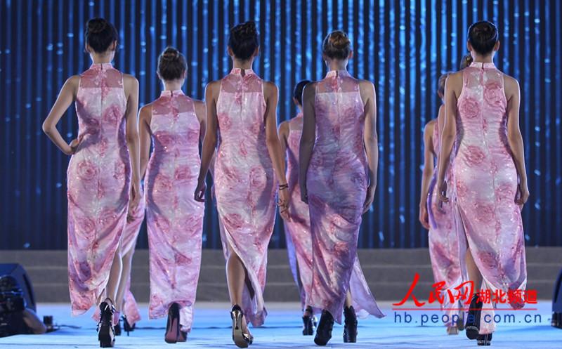 图为超模们进行旗袍秀展示