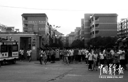 9月16日傍晚,临川二中校门口,学生放学。临川公安分局的警车是一直以来驻守在二中门口的,并非案发后才有。本报记者徐霄桐摄
