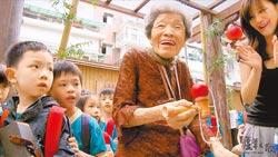 《芦苇之歌》记录慰安妇阿嬷的晚年身影,图为小桃阿嬷参与妇援会工作坊的活动。(台湾妇女救援基金会提供)