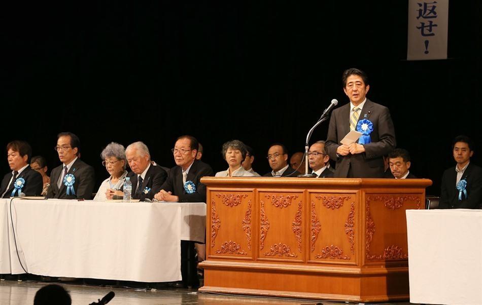 """9月16日,日本首相安倍晋三在东京""""国民大集会""""上发表讲话。"""