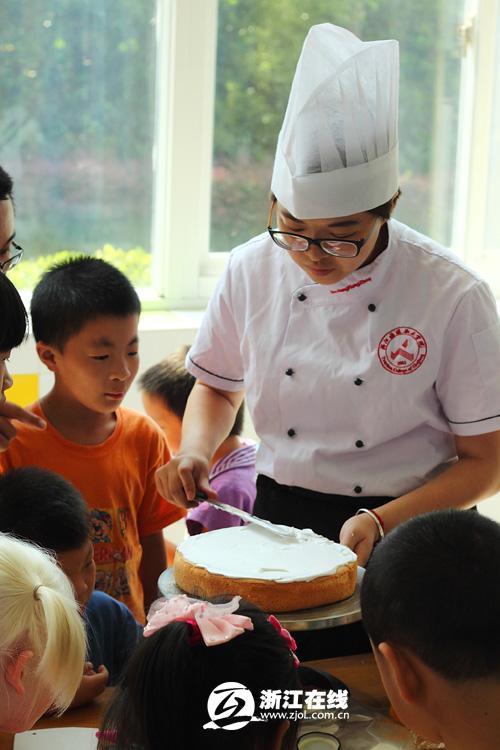 浙江/浙江旅游职业学院大学生志愿者现场做蛋糕