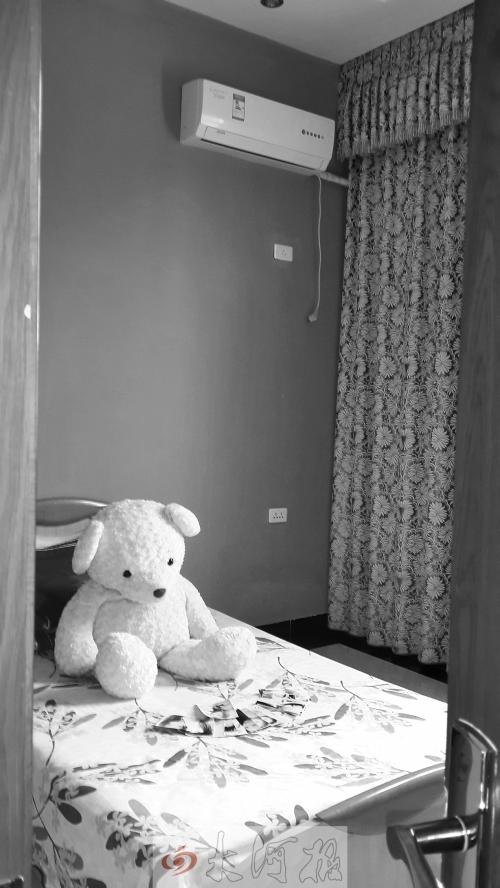 床单上,雪辰最喜爱的玩偶小熊低垂着眼睛,呆呆地看着摊在床上的照片,好像在等待主人归来。