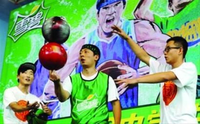 """9月6日13时30分,""""雪碧杯2013中学生篮球赛""""正式启动。本次活动由沈阳市教育局主办,可口可乐辽宁(北)饮料有限公司赞助。"""