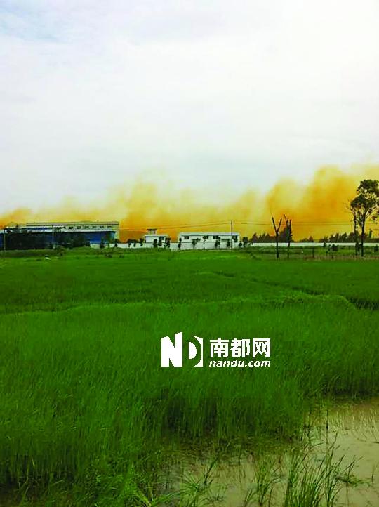位于磐石社区南侧的东方电镀厂是北白象镇最大的电镀企业。2013年3月,这里排出浓重的黄烟。CFP供图