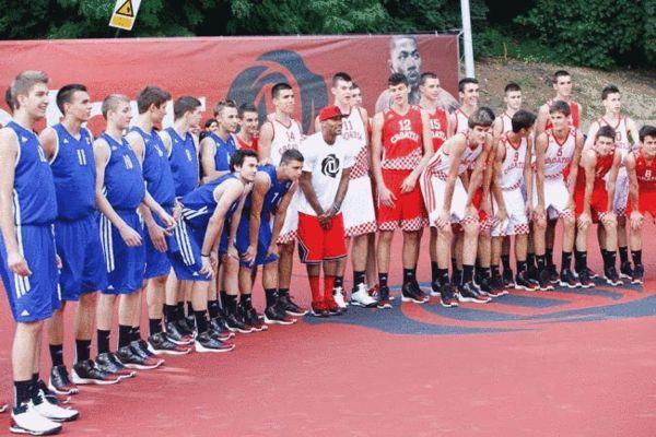 在欧洲和当地篮球队合影