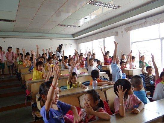 罗定市素龙街素龙小学的孩子们拿到新书包笑容灿烂,抱着崭新的书包爱不释手。仪式结束后,凯德商用员工志愿者在学校为孩子们上了生动的第一堂英语课并和孩子们进行有趣的游戏。