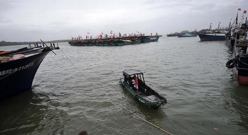 南海热带低压来袭 海南渔船回港避风