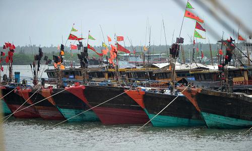 9月18日,渔船在海南省文昌市清澜港靠泊。新华社记者 赵颖全 摄