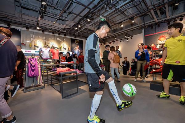 北京//24身着PUMA足球装备的花式足球表演