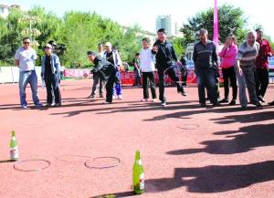"""展东路社区80岁的套圈选手王明说:""""趣味运动会的开展,不仅丰富了社区图片"""