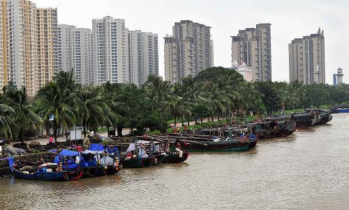 9月19日,渔船在海口新港避风。新华社记者郭程摄