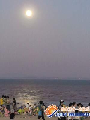 市民游客在环岛路海边赏月
