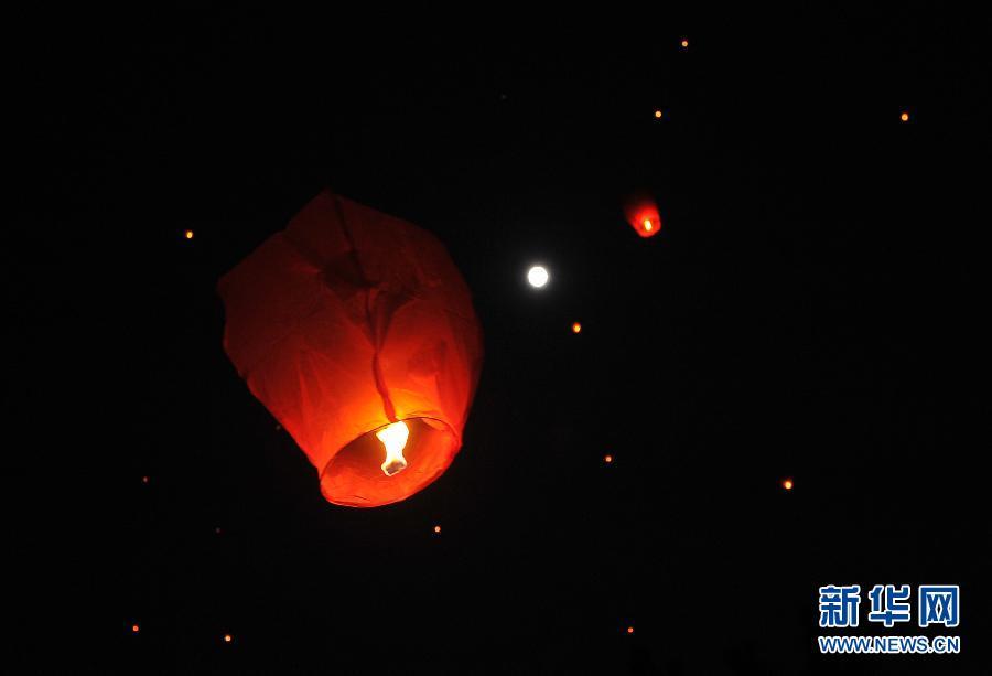 放飞孔明灯,祈福中秋节