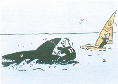 帆板运动员巧借风力在波浪里驰骋,这位先生搭靠上巨鲨之鳍一直前行
