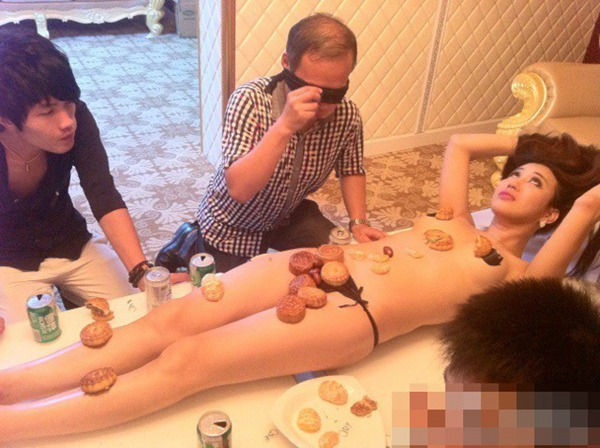 北京女子拍人体月饼写真