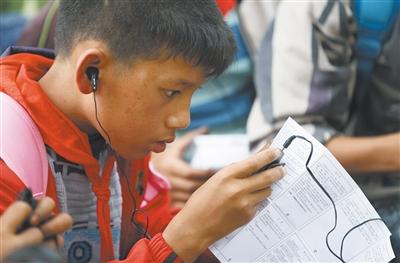志愿者给孩子们带来了录有知名人士讲读的好故事制成的MP3,陪伴孩子漫长的上学路程。